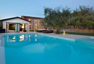 restyling-casale-toscana-piscina-esterna_oggetto_editoriale_h495.jpg