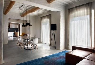 restyling-casale-toscana-sala-con-travi-a-vista_oggetto_editoriale_h495.jpg