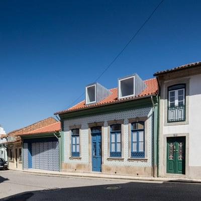 nelson-resende-house-renovation-ovar-designboom-1.jpg