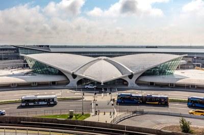 twa-hotel-eero-saarinen-interiors-jfk-airport-new-york-city-usa-max-touhey_dezeen_2364_col_7.jpg
