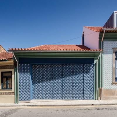 nelson-resende-house-renovation-ovar-designboom-2.jpg